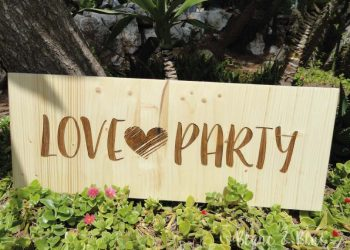 cartel madera para boda con mensaje love party